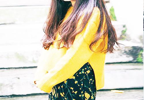 黄色碎花连衣裙加黄色轻薄外套