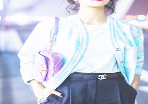 紫色包包搭配渐变色外套