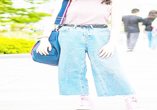 粉色帆布鞋搭配条纹无袖上衣