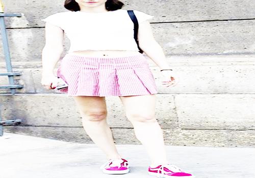 粉色运动鞋搭配格纹百褶裙