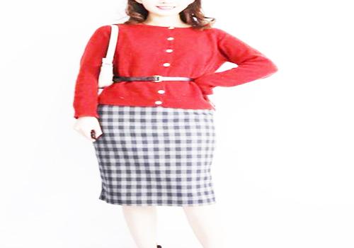 红色毛衣搭配格纹半身裙