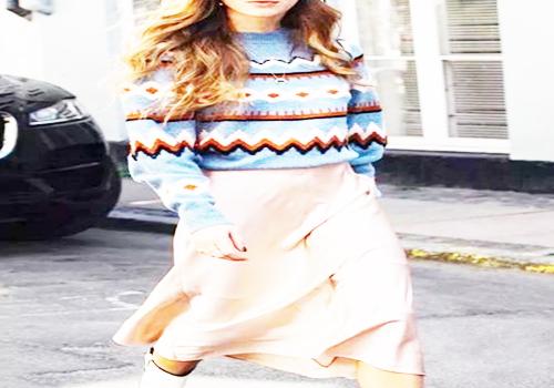 蓝色条纹毛衣搭配丝质长裙