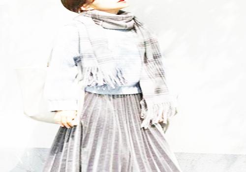 雾霾蓝毛衣搭配灰色丝绒裙子